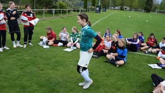 2 Tag des Maedchenfussball SV Hastenbeck Klara Menkens erhält das DFB Fussball
